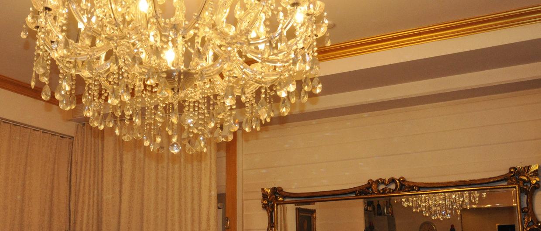 Barocke Lounge Darkroom Urfdorf goldene Stuckatur und grosse Leuchter